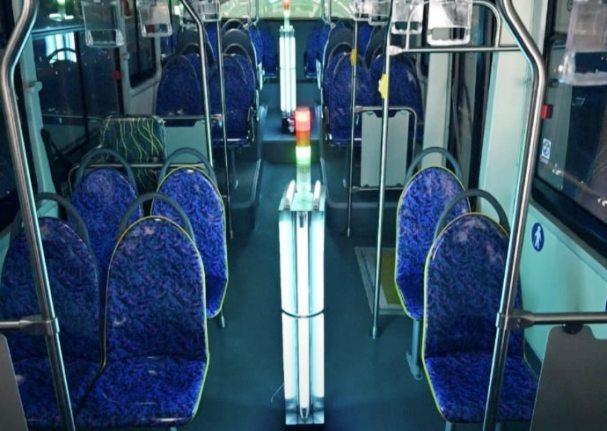 во времена пандемии коронавируса ультрафиолетовые лампы обеззараживают изнутри транспортные средства