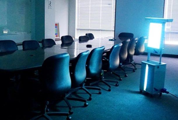 во время перерывов мебель, стены и воздух облучаются УФ светом