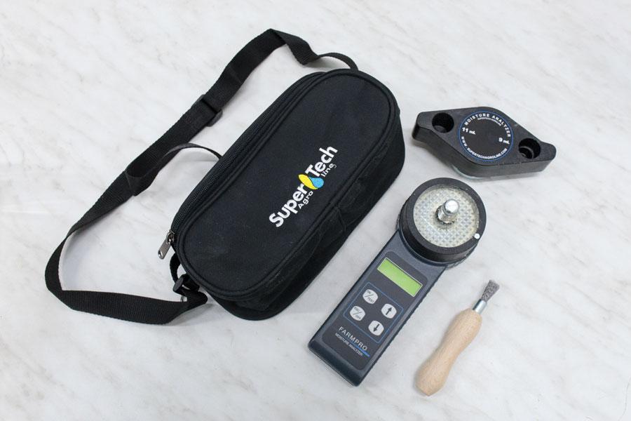 Комплектация влагомера зерна фармпро: прибор с батареей, щетка для очистки камеры, тканевая сумка-чехол.