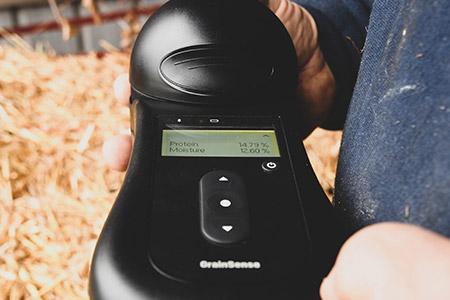 Результаты измерения влаги, белка, масла в зернах пшеницы, ячменя и рапса, отображаются на большом и  ярком дисплее. После чего они могут быть переданы на смартфон для дальнейшего  анализа.
