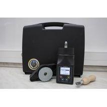Комплектация влагомера Си-ПРО: Устройство с батареей 9V, крышка с жерновами, щетка металлическая для очистки, кейс ударопрочный