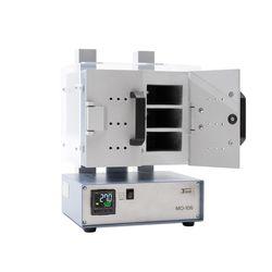МО-106 с одной сушильной камерой разделенной на 2 секции дверцами. За каждой дверцей расположены 3 отсека, каждый из которых вмещает 1 подставку с двумя стандартными бюксами для определения влаги (бюкса №3)
