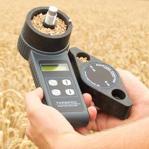 Экспресс влагомер с размолом зерна Фармопро в поле в руках фермера