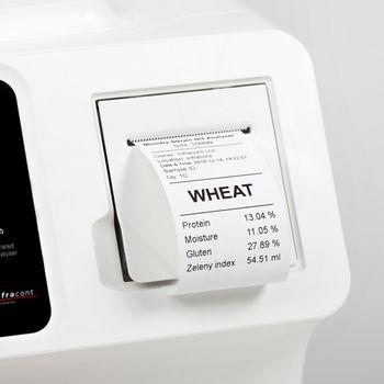 Термопринтер печатает результаты измерений